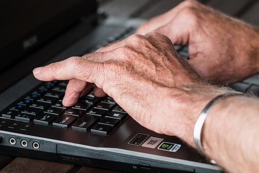 seniorenhands-laptop
